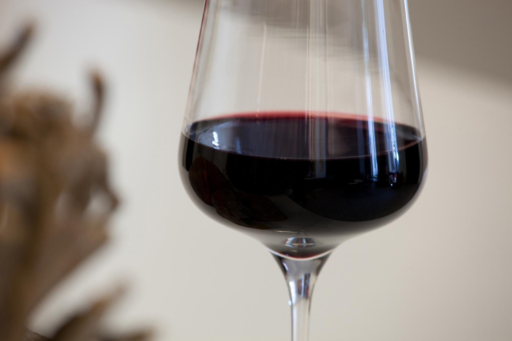 Glas mit edlem Rotwein